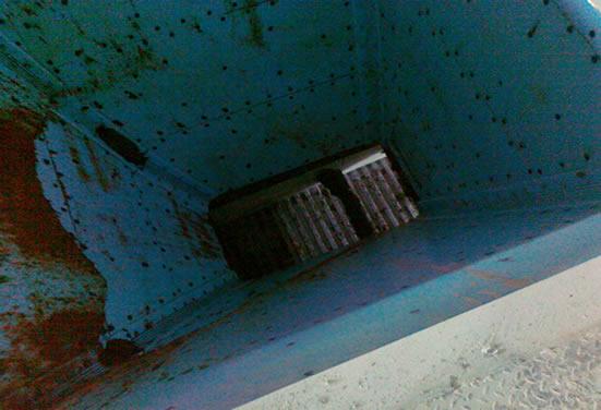 Бункер, футерованный системой Tivar BlueLine полностью освобожденный от сыпучего материала, который вышел без каких-либо механических воздействий