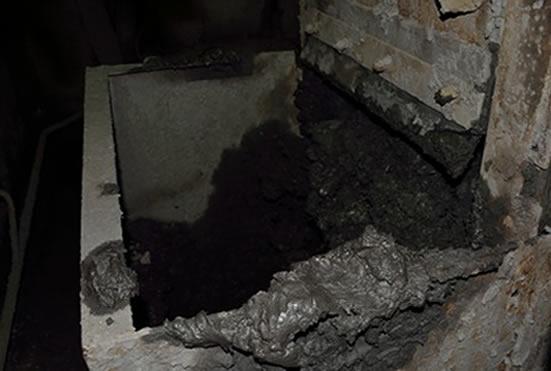 Течка породы, находящаяся под бункером